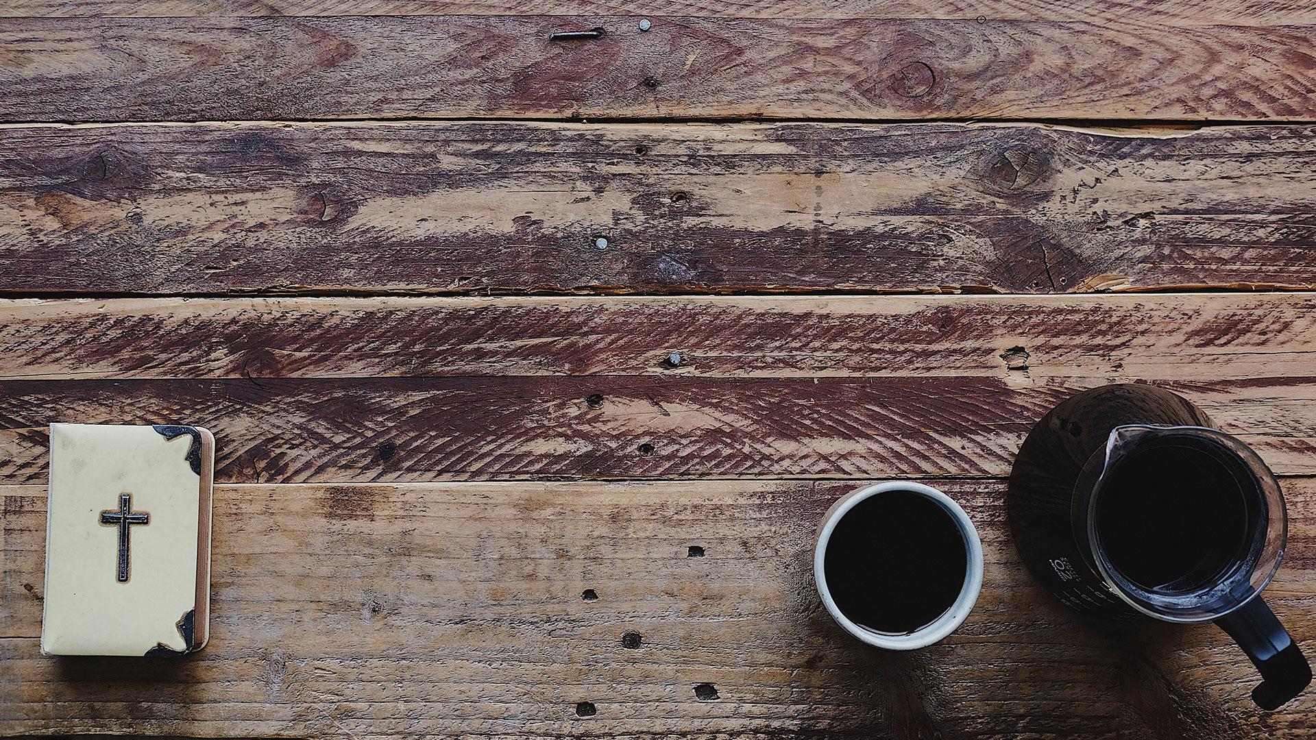 Bibel og kaffe på bord