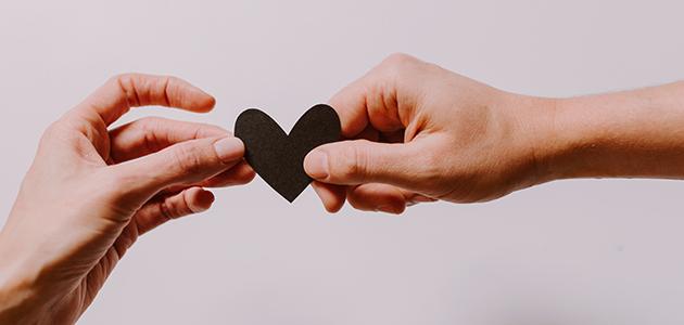 To hænder med et hjerte